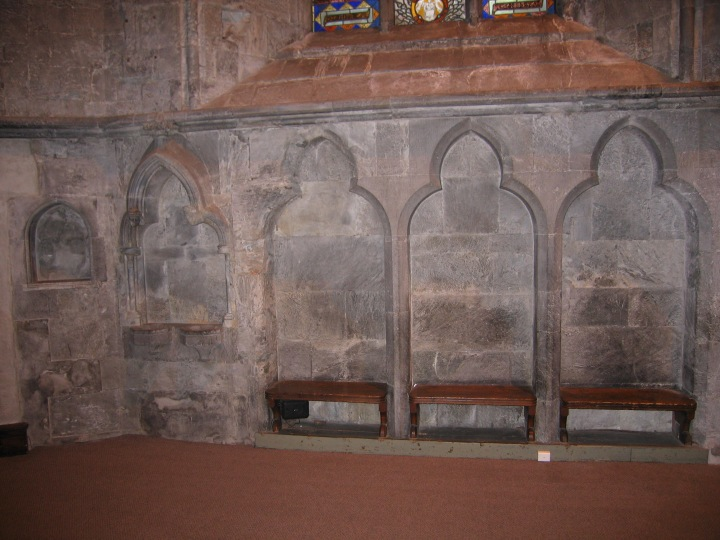 The sedilia (r) and piscina (l) in the south wall of the chancel (photo Alf Tore Hommedal)