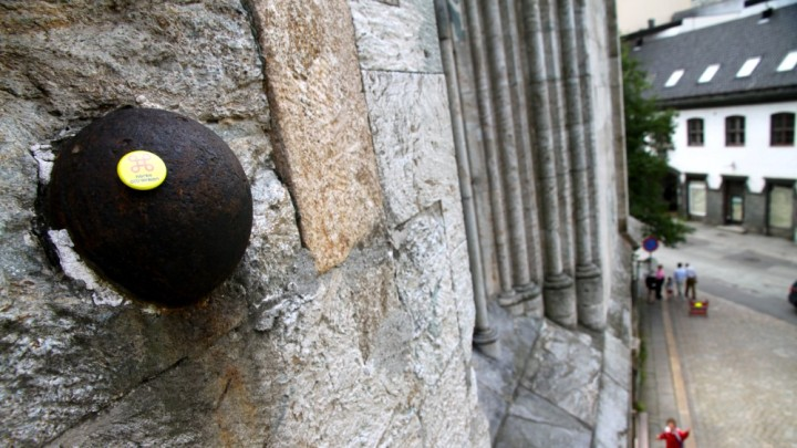 A cannon ball from 1665 smashed into the wall of the tower and has remained ever since (photo NRK)