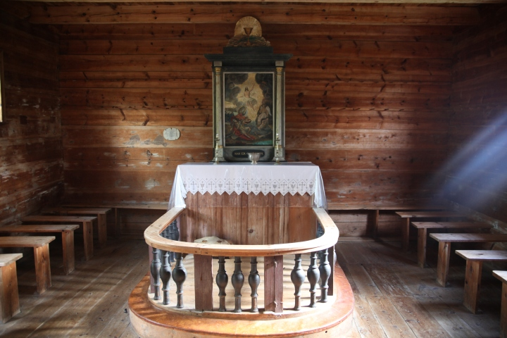 The altar in the chancel (photo Justin Kroesen)