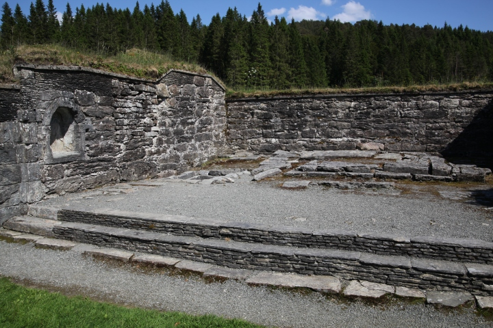 The chancel platform with the remains of the main altar (photo Justin Kroesen)